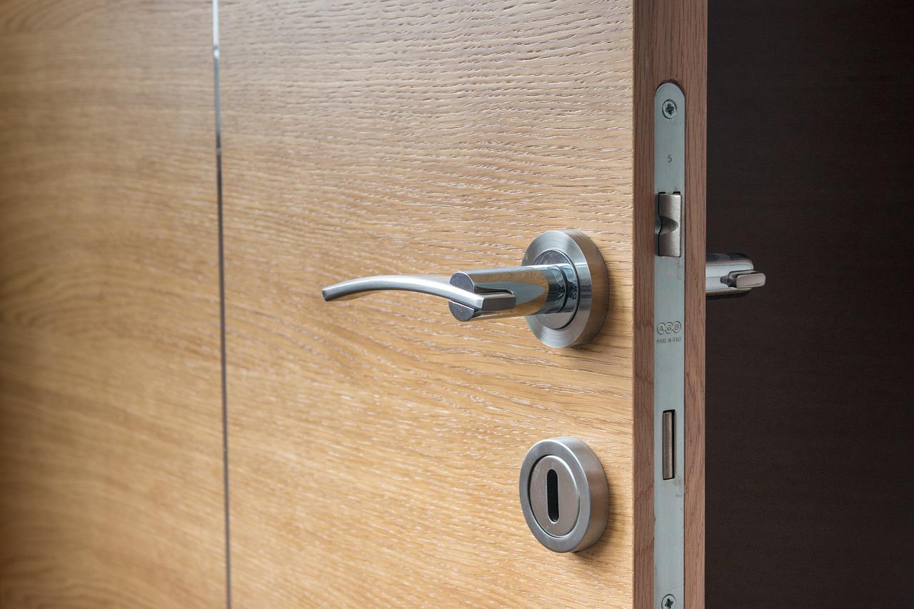 Des conseils pour entretenir et rénover une porte en bois